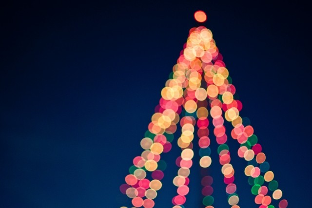 blurry-christmas-tree-with-lights.jpg